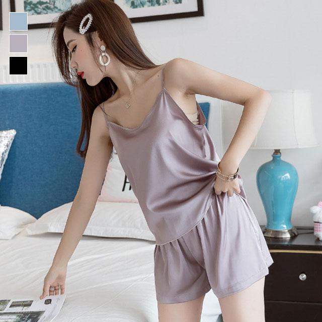 つるつるの質感が女性らしい☆シンプルキャミソール×ショートパンツ★