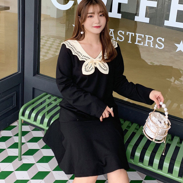 透かし彫りのデザイン襟。裾フレアワンピース★